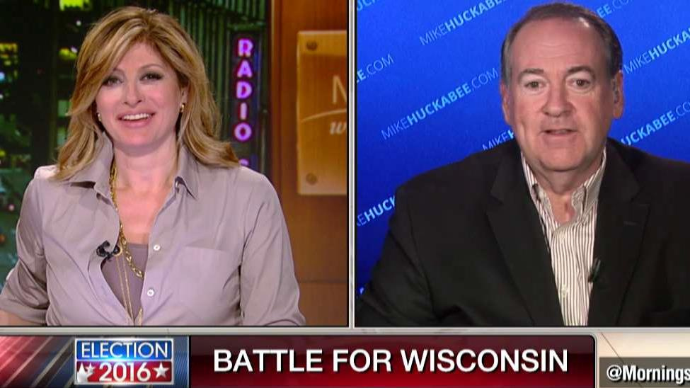 r GOP presidential candidate Mike Huckabee pays an April Fools joke on FBNs Maria Bartiromo.