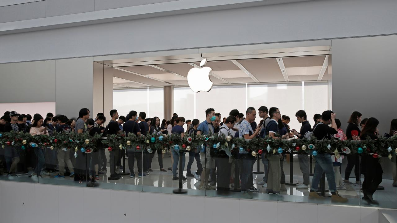 FBN's Deirdre Bolton on the long lines for Apple's new iPhone X.