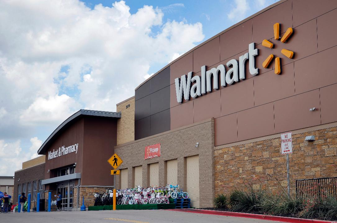 Former Walmart CEO and President Bill Simon discusses what Walmart is doing in order to compete with e-commerce behemoth Amazon.