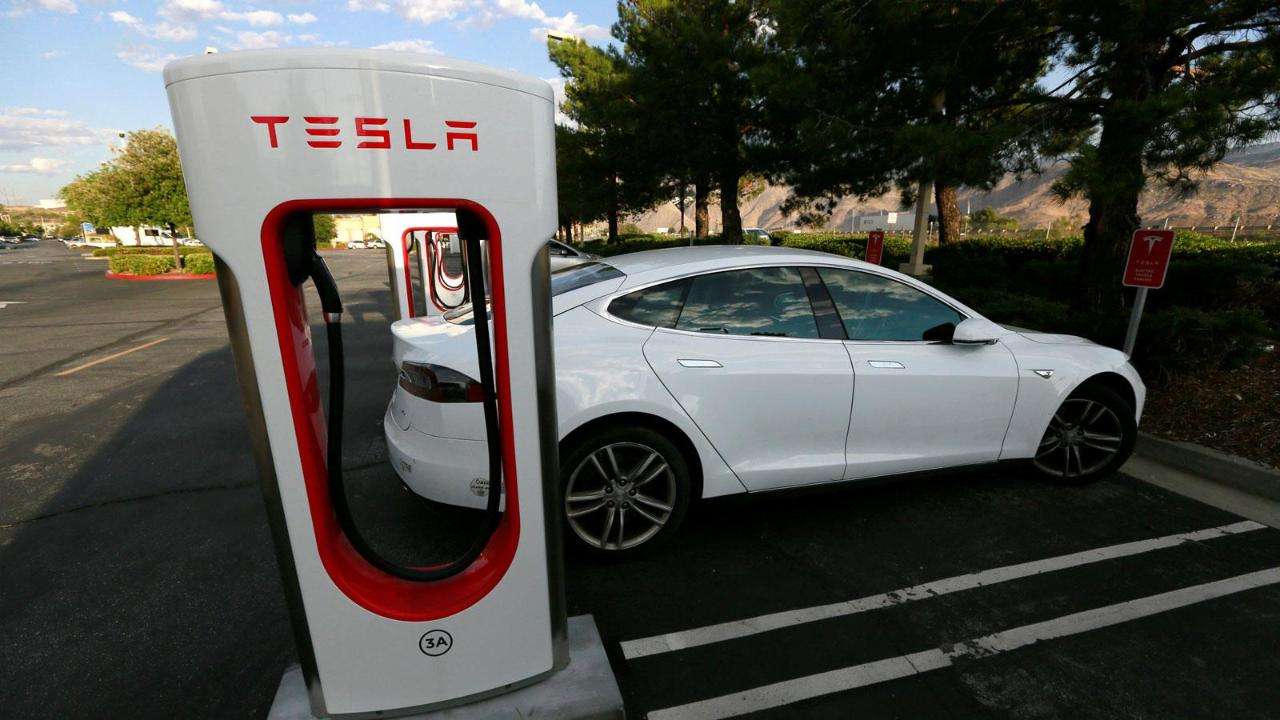 FoxNews.com Automotive Editor Gary Gastelu on the future of Tesla's battery technology.