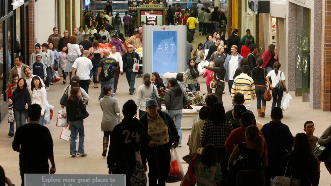 RetailMeNot retail expert Marissa Tarleton on the biggest trends this holiday shopping season.