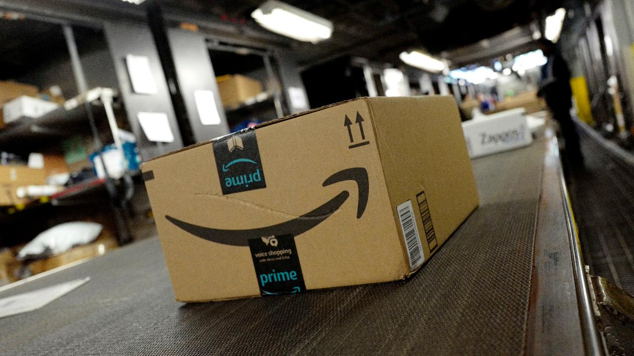 FBN's Cheryl Casone on Amazon reportedly nearing a decision on the location of its second headquarters and the company waiving its purchase minimum for free shipping on holiday orders.