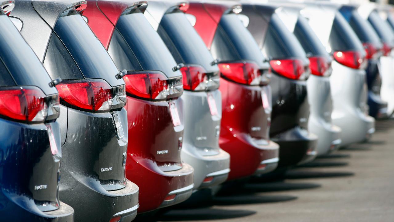 FBN's Lauren Simonetti on the declining popularity of minivans as consumers shift toward SUV sales.