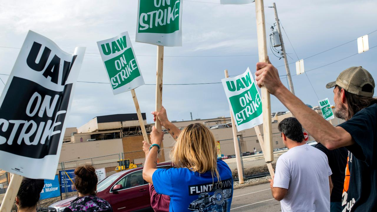 Rebecca Lindland of Kelley Blue Book provides insight into the United Auto Workers strike at GM.