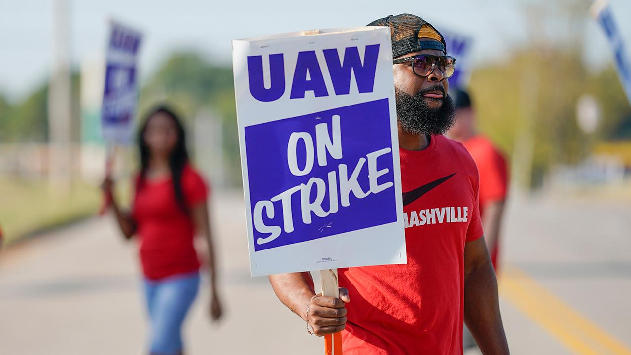 FOX Business' Kristina Partsinevelos reports on the latest over UAW strikes against GM.