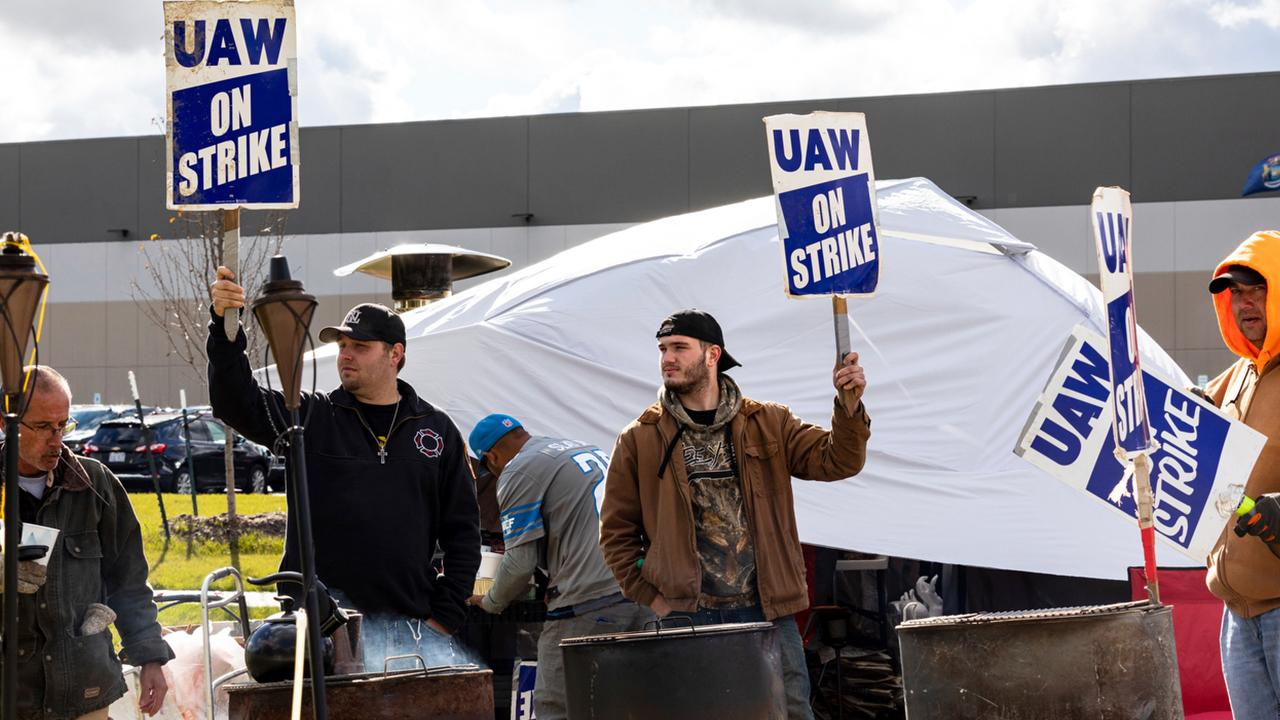 FOX Business' Grady Trimble reports on the GM-UAW deal. Then, a panel, including FOX Business panelists Steve Moore and Carol Roth, discuss how other unions in the U.S. may react to this deal.