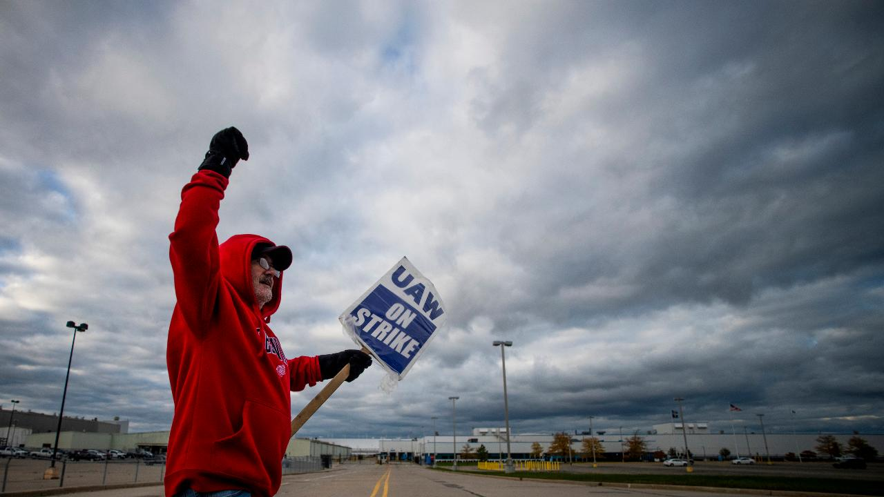FOX Business' Grady Trimble reports on the latest from the GM United Automobile Workers' strike and discusses the UAW contract on the table.