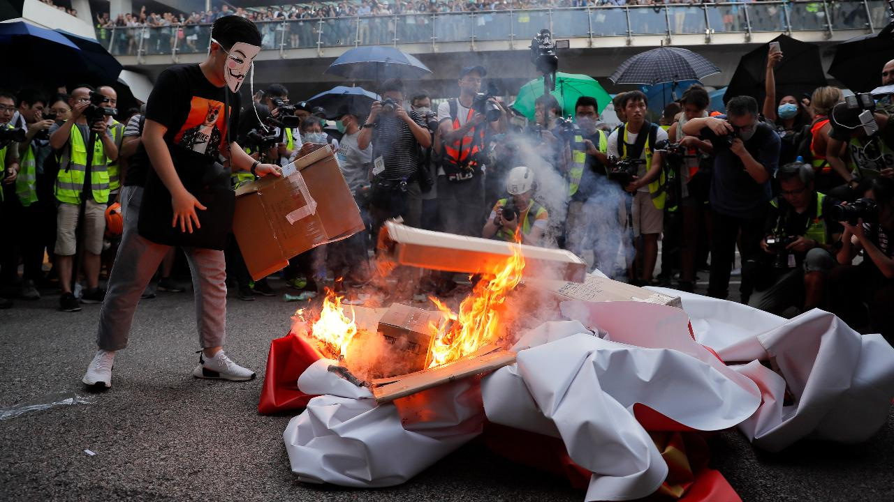 Hong Kong invokes emergency measures to ban protesters from wearing masks. FBN's Susan Li with more.