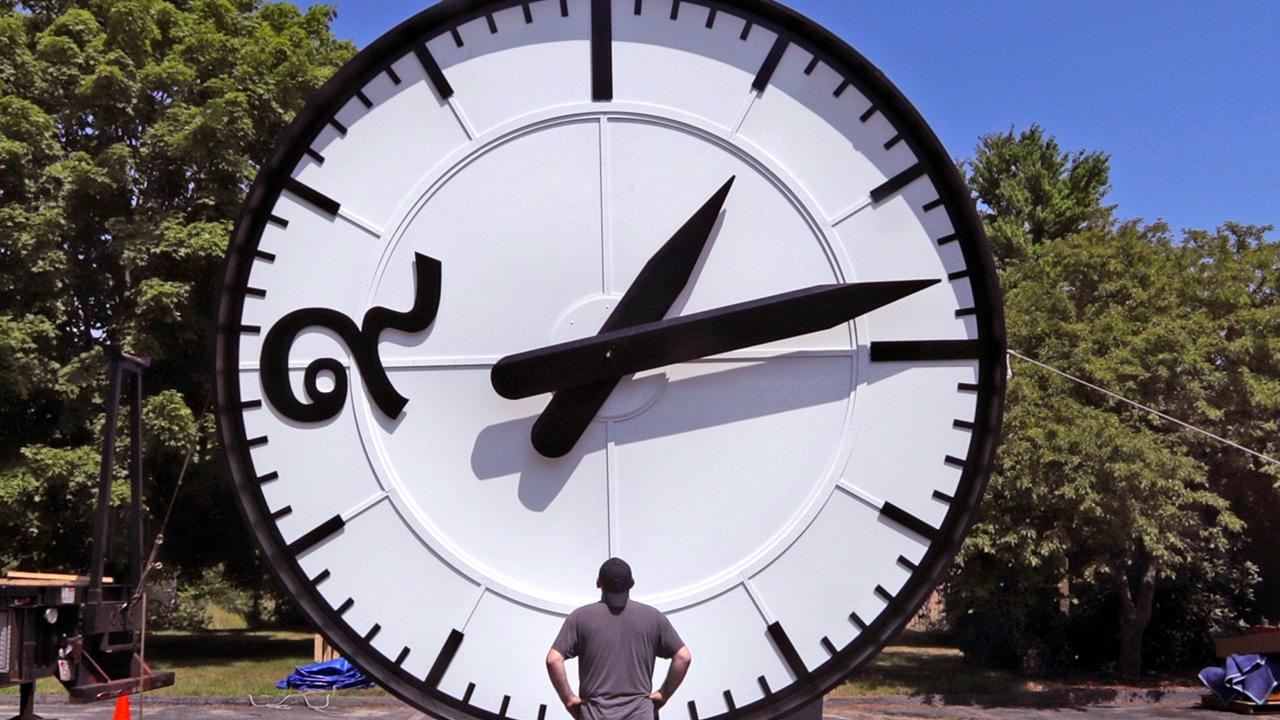 A study says we lose hundreds of millions of dollars during the daylight saving time transition. Fortune executive editor Adam Lashinsky, Kadina Group president Gary B. Smith, 1 Empire Group's John Burnett, FOX Business' Jackie DeAngelis and FOX Business' David Asman to discuss whether they like daylight saving time.