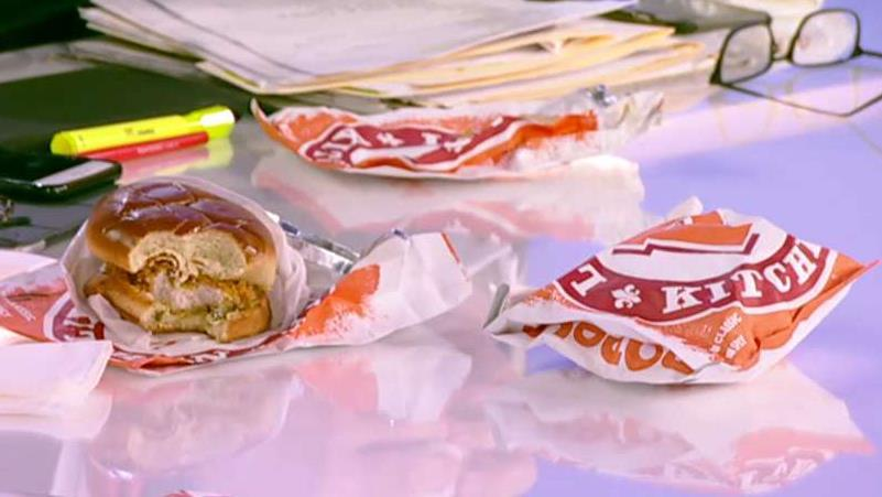 FOX Business' 'Mornings with Maria' panel tries Popeyes' chicken sandwich after it made an iconic comeback.