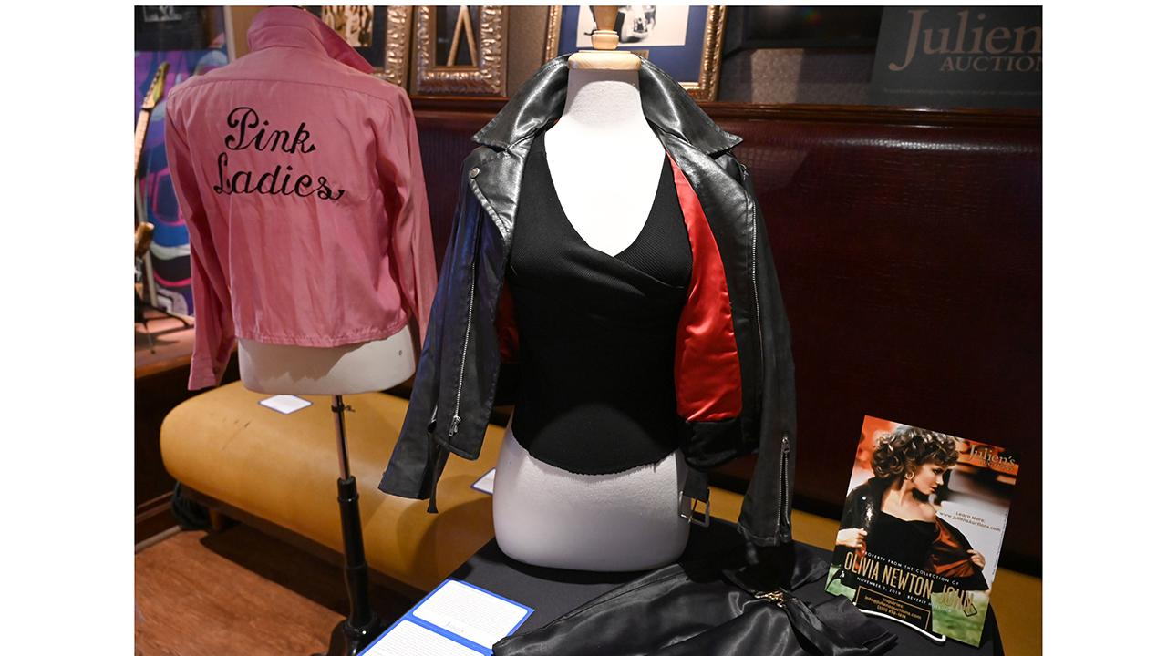 A fan bought Oliva Newton-John's iconic leather jacket from 'Grease' for $243,200 and then returned it back to its rightful owner. FOX Business' Lauren Simonetti with more.