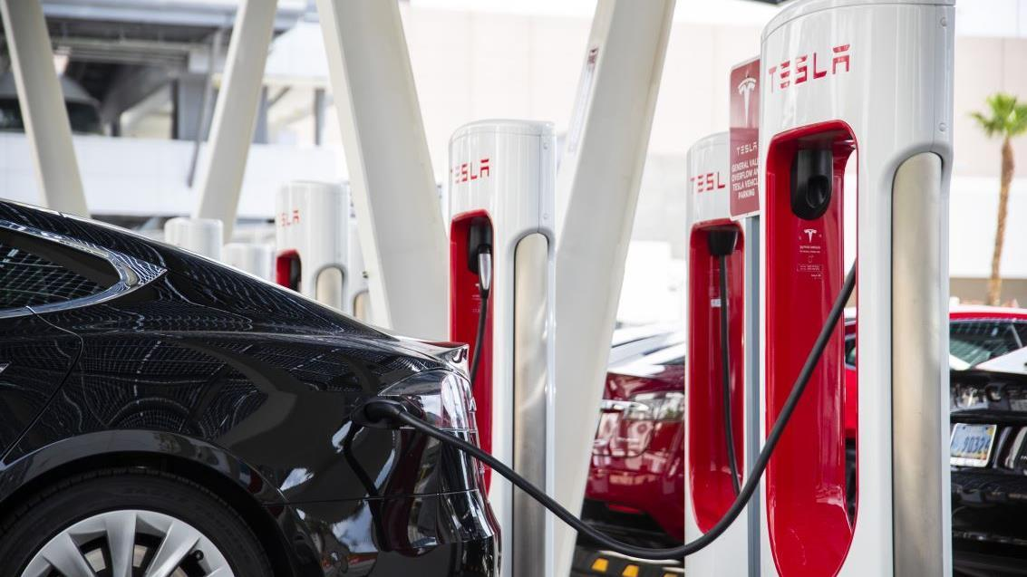 The government is investigating the 12th Tesla crash to determine whether autopilot played a role in the incident. FOX Business' Hillary Vaughn with more.