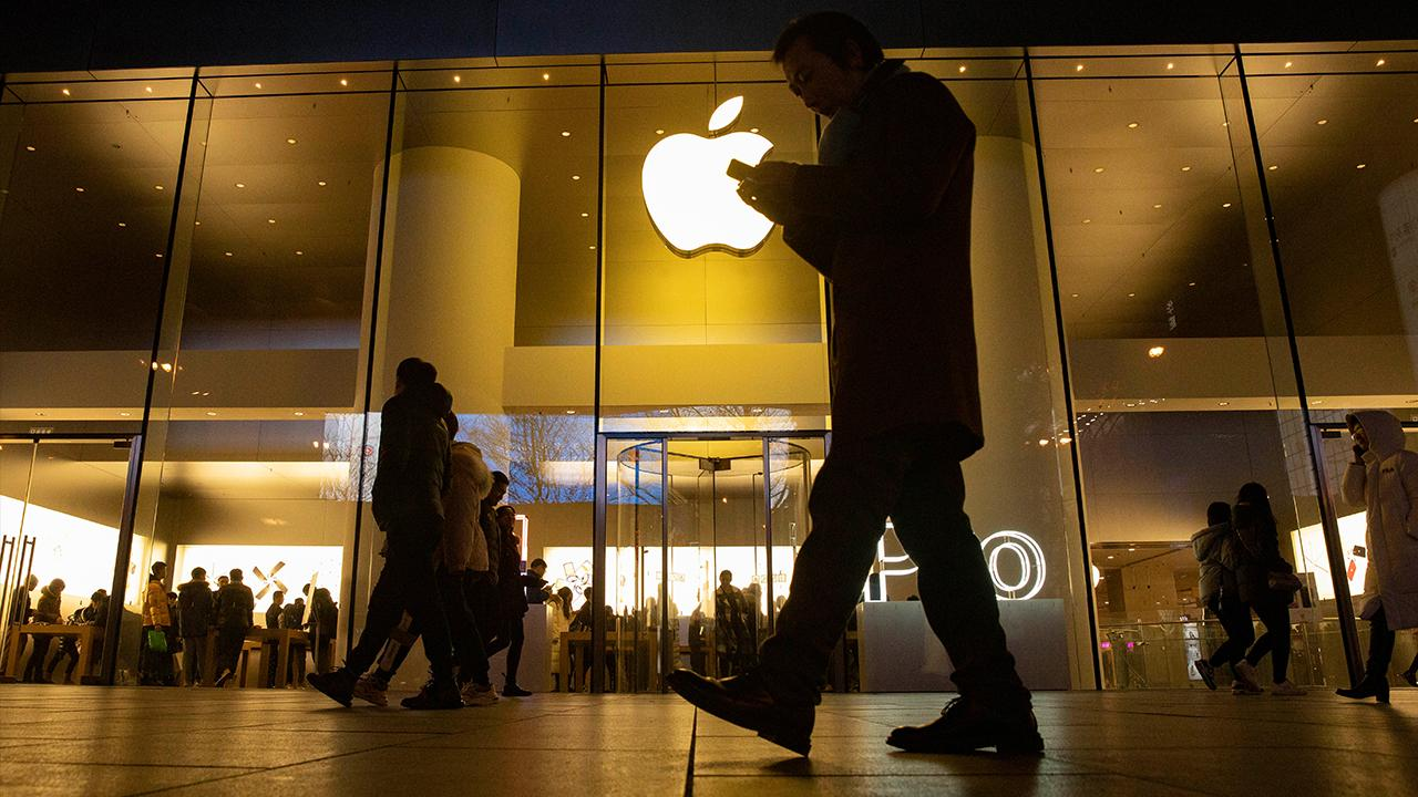 FOX Business' Susan Li reports on Apple's new earnings. Then, Kaltbaum Capital Management president Gary Kaltbaum, FoxNews.com columnist Liz Peek and Lifewire.com editor-in-chief Lance Ulanoff analyze what the report means for the tech giant.