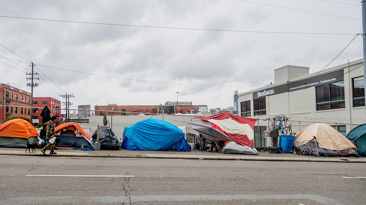 Former California GOP chairperson Tom Del Beccaro and Fox News contributor Deroy Murdock discuss the strong economy under President Trump's leadership and the Democrats' 'failed' efforts to improve the homeless problem in California and New York.
