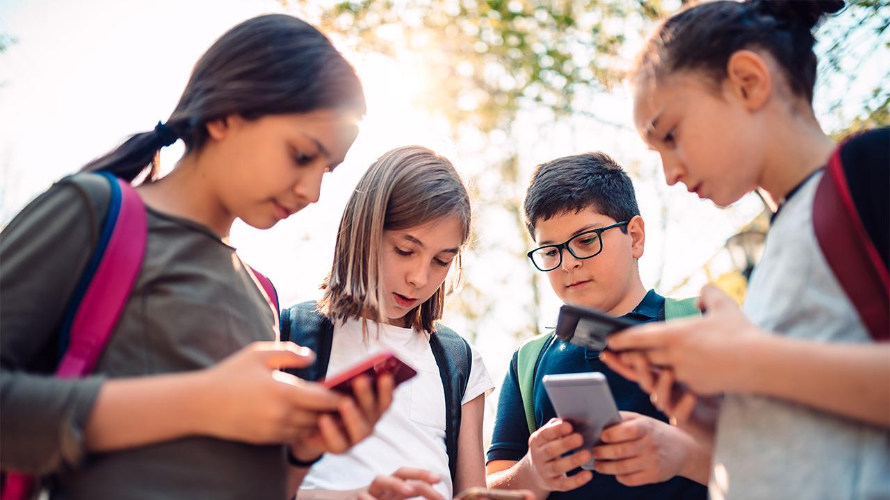 FOX Business correspondent Mike Gunzelman breaks down the Wall Street Journal report that says teachers are dealing with students having separation anxiety from their phones.