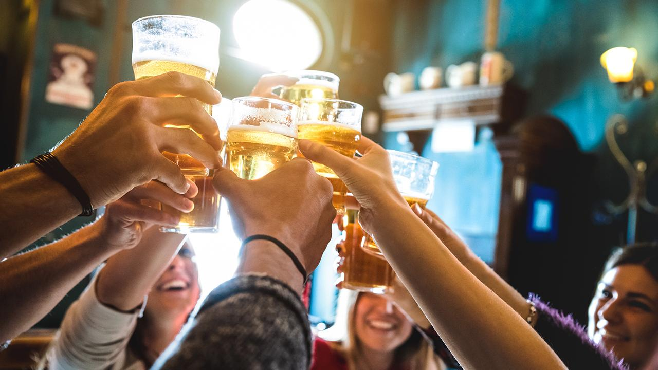 The amount of beer consumed during the Super Bowl dropped by 1.3 percent this year. FOX Business correspondent Mike Gunzelman with more.