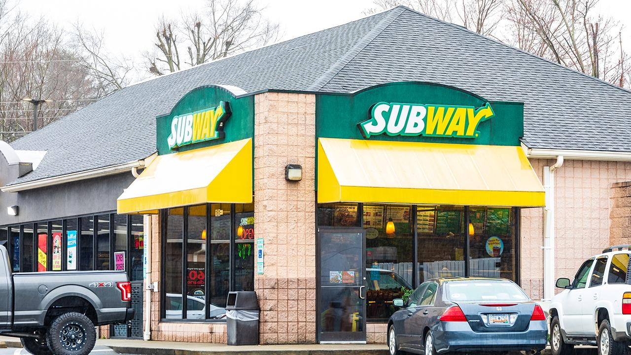 FOX Business' Tracee Carrasco on the sandwich chain Subway having a dispute with its franchise location owners.