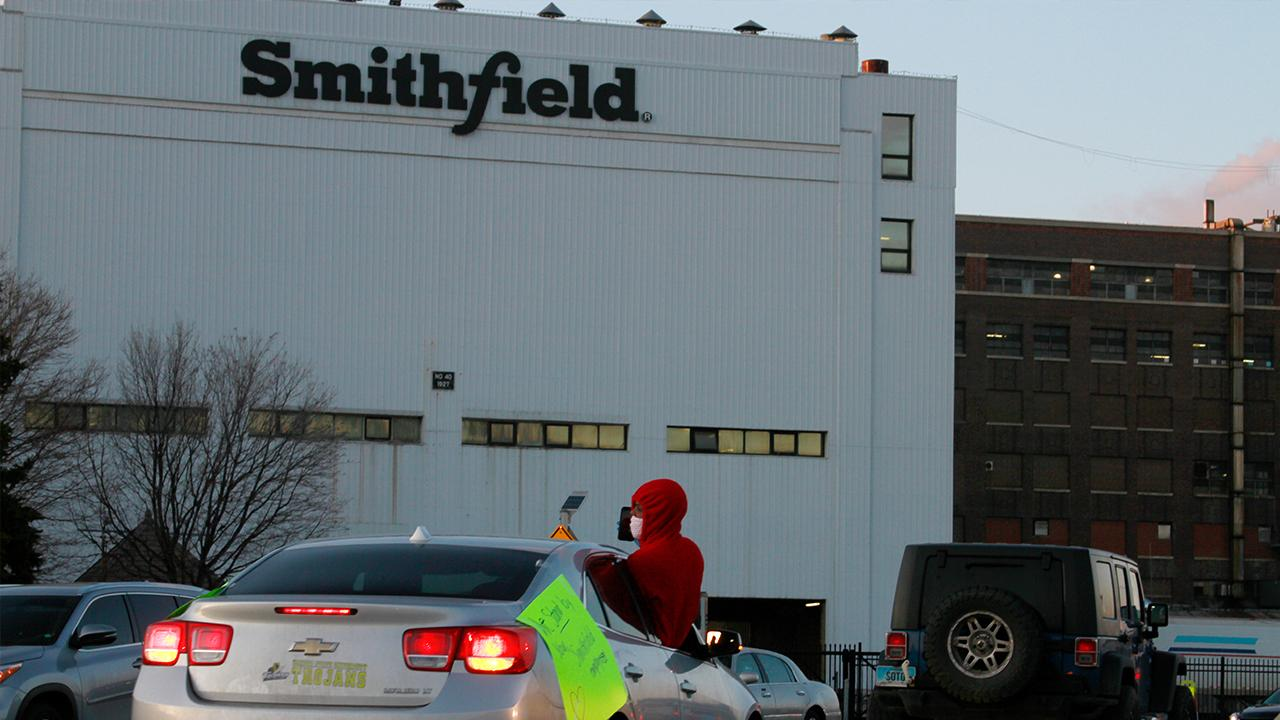 Smithfield Foods closes its South Dakota plant after several employees tested positive for coronavirus. FOX Business' Jackie DeAngelis with more.