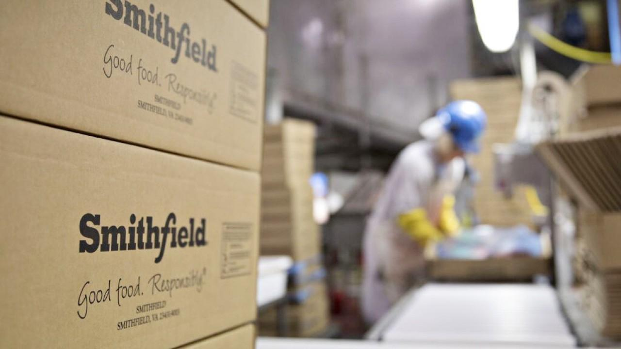 Smithfield Foods is shutting down two plants in the Midwest after more than 500 workers tested positive for coronavirus. FOX Business' Cheryl Casone with more.