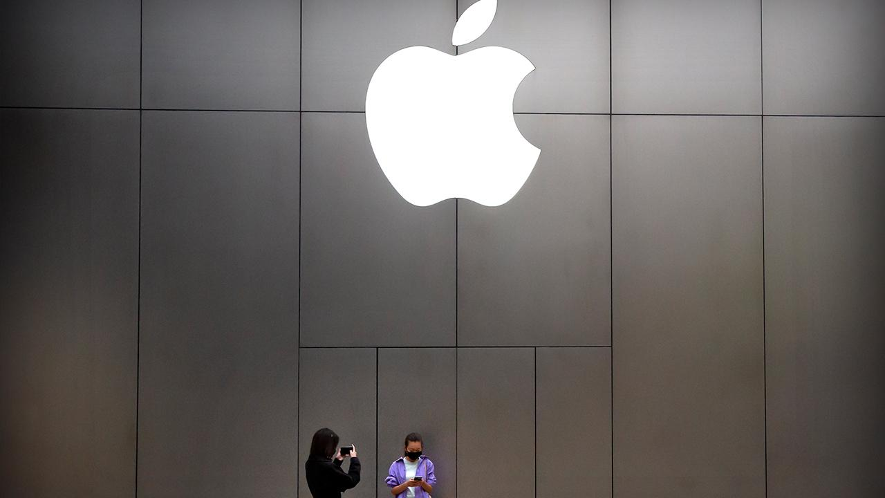 Apple announces it will be reopening select stores in Idaho, South Carolina, Alabama and Alaska. FOX Business' Susan Li with more.