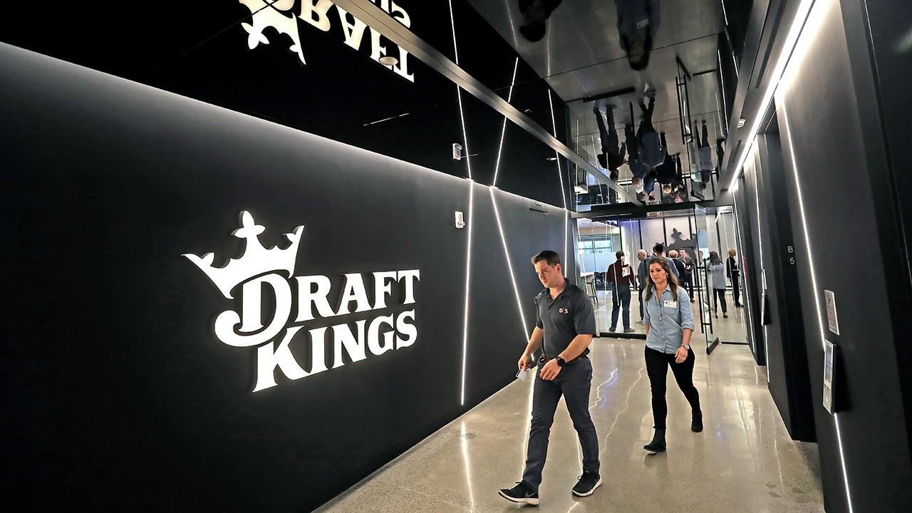 Sports gambling platforms like DraftKings are surging as major sports are making a comeback from the pandemic. FOX Business' Susan Li with more.