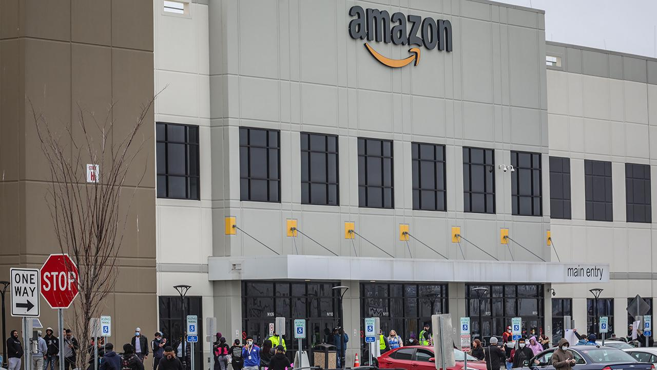 Amazon is being sued over warehouse conditions related to the coronavirus pandemic. FOX Business' Susan Li with more.