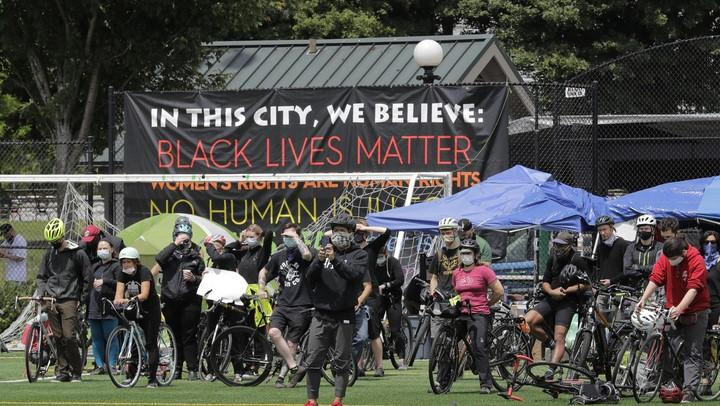 Former NYPD Commissioner Howard Safir says that the Seattle government needs to let the police do their job to take back the city which has been taken over by protesters.