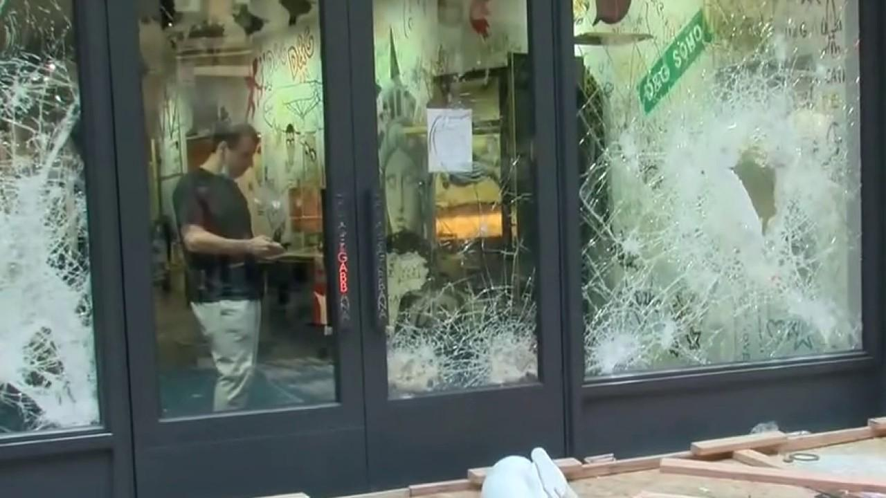 New York City rioters continue to break into and loot stores even after they've been boarded up. FOX Business' Kristina Partsinevelos with more.