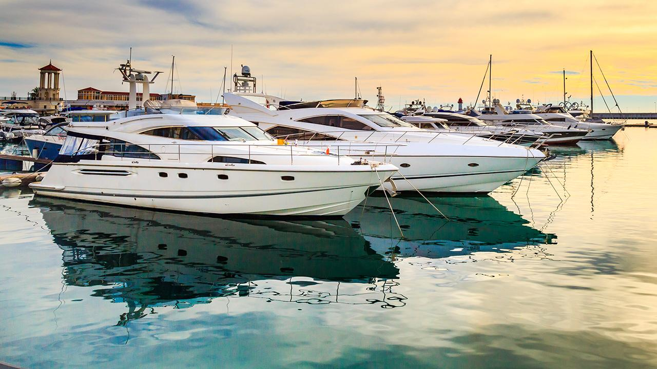 More Americans are heading to the water and buying boats and jet skis, while many are also getting into 'boat-sharing.' FOX Business' Grady Trimble with more.