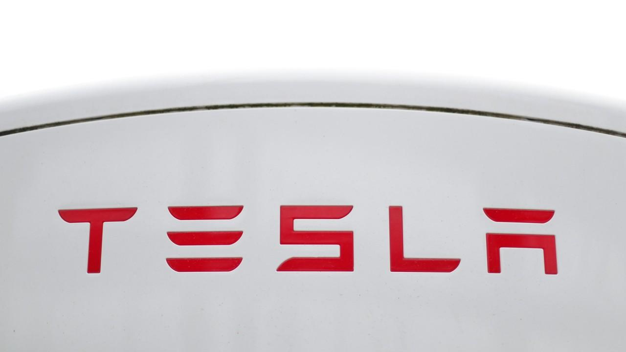 Tesla hits $8.77 billion in revenue during its 'blowout' third quarter. FOX Business' Lauren Simonetti with more.