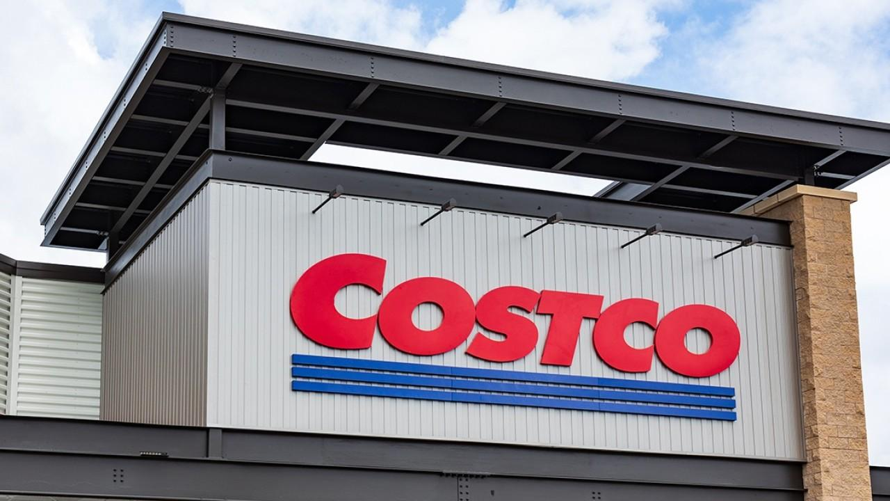 Costco is teaming up with Wheels Up to offer a year-long private jet travel membership. FOX Business' Kristina Partsinevelos with more.
