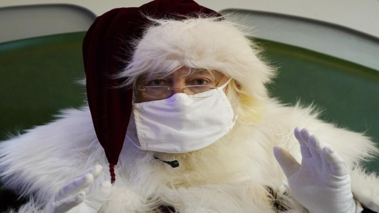 Malls across America are making photos with Santa Claus socially distanced and contactless amid the coronvirus pandemic. FOX Business' Jeff Flock with more.
